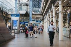 Ludzie chodzi wśrodku St Pancras staci, Londyn, UK zdjęcia royalty free