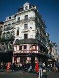 Ludzie chodzi w Brukselskiej ulicie Zdjęcia Stock