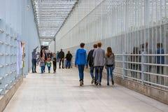 Ludzie chodzi w długim korytarzu Holenderska szklarnia Obraz Royalty Free