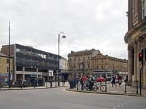 Ludzie chodzi w grodzkim centre Huddersfield na zach?d - Yorkshire blisko historycznego rynku krzy?a na k?cie westgate fotografia stock