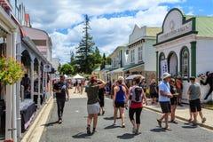 Ludzie chodzi w Historycznej wiosce, Tauranga, Nowa Zelandia zdjęcie stock