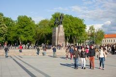 Ludzie chodzi w katedra kwadracie Obraz Royalty Free