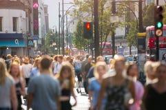 Ludzie chodzi w Oksfordzkiej ulicie główny miejsce przeznaczenia londyńczycy dla robić zakupy Zdjęcia Stock