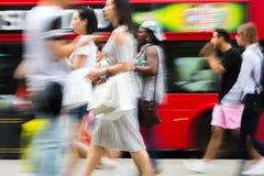 Ludzie chodzi w Oksfordzkiej ulicie główny miejsce przeznaczenia londyńczycy dla robić zakupy nowoczesnego życia pojęcie Londyn Fotografia Stock
