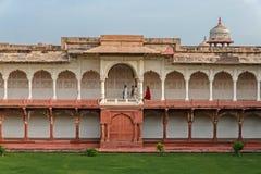 Ludzie chodzi wśrodku Agra fortu, India Zdjęcie Stock