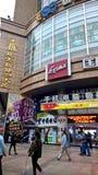 Ludzie chodzi w ruchliwej ulicie w Chiny Zdjęcie Stock