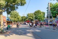 Ludzie chodzi W Wurstelprater lub plociuchu Fotografia Royalty Free