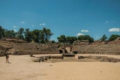 Ludzie chodzi wokoło Romańskiego amfiteatru przy Merida zdjęcie stock