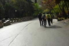 Ludzie chodzi wzdłuż drogi na obrzeżach Benamahoma wioska po deszczu, Andalusia, Hiszpania zdjęcia royalty free
