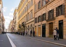 Ludzie chodzi wzdłuż luksusowej zakupy alei Przez Del Babuino Obrazy Royalty Free