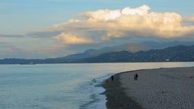 Ludzie chodzi wzdłuż seashore w Batumi, Gruzja, relaksująca urlopowa atmosfera zdjęcie wideo