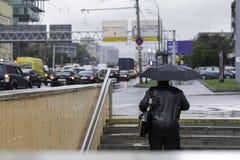 Ludzie chodzi z parasolami w dżdżystym mieście Fotografia Stock