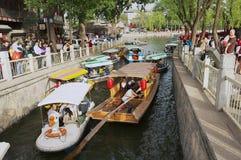 Ludzie cieszą się łódkowatą wycieczkę przy Houhai jeziora kanałem w Pekin, Chiny Obrazy Stock