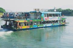 Ludzie cieszą się łódkowatego rejs Li rzeką między Guilin i Yangshuo, Guilin, Chiny (Lijang) Zdjęcie Stock