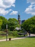 Ludzie cieszą się świetnej pogody parka w Hamburg publicznie obraz royalty free