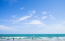 Ludzie cieszą się bawić się w morzu Fotografia Stock