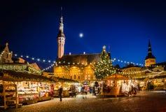 Ludzie cieszą się boże narodzenie rynek w Tallinn Fotografia Royalty Free