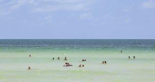 Ludzie cieszą się dopłynięcie w południe plaży w Miami zdjęcie royalty free