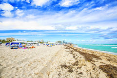 Ludzie cieszą się dopłynięcie w południe plaży w Miami plaży fotografia royalty free