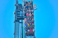 Ludzie cieszą się dreszcze dla przejażdżki Mako kolejka górska w parku rozrywkim przy Seaworld w zawody międzynarodowi przejażdżk fotografia royalty free