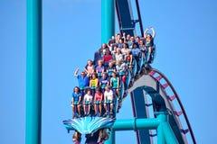 Ludzie cieszą się dreszcze dla przejażdżki Mako kolejka górska w parku rozrywkim przy Seaworld w zawody międzynarodowi przejażdżk obrazy stock