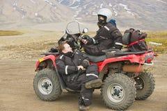Ludzie cieszą się droga pojazdu wycieczkę w Longyearbyen, Norwegia Zdjęcie Royalty Free