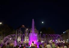 Ludzie cieszą się nocy fontanny Zdjęcia Royalty Free