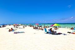 Ludzie cieszą się plażowy im Miami obrazy stock