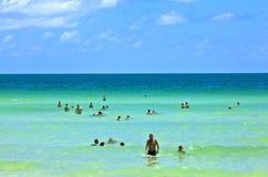 Ludzie cieszą się plażowy im Miami fotografia royalty free