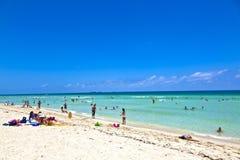 Ludzie cieszą się plażowy im Miami zdjęcia stock