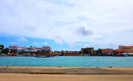 Ludzie cieszą się statku wycieczkowego monarchicznego podróżowanie Aruba, Bonaire, Curacao, Panama i Cartagena, fotografia stock