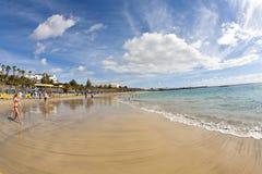 Ludzie cieszą się sztuczną plażę Fotografia Stock