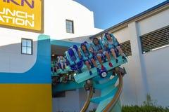 Ludzie cieszy się rewelacyjną Kraken kolejkę górską przy Seaworld parkiem tematycznym 16 zdjęcia royalty free