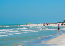 Ludzie cieszy się białą piaskowatą plażę przy skarb wyspą Wyrzucać na brzeg na zatoce meksykańskiej, Floryda Zdjęcia Royalty Free