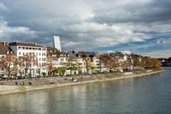 Ludzie cieszy się dramatycznego popołudnie na rzecznym Rhine nabrzeżu wewnątrz zdjęcia stock