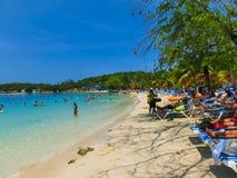 Ludzie cieszy się dzień na plaży w Haiti fotografia royalty free