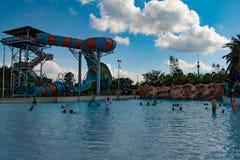 Ludzie cieszy się falowego basenu i częściowego widoku Karekare fryzują na lightblue nieba chmurnym tle przy Aquatica 3 obrazy royalty free