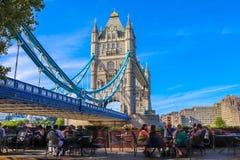 Ludzie cieszy się ich posiłek wierza mostem obrazy stock