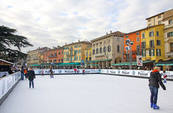 Ludzie cieszy się jazda na łyżwach lodowisko Zdjęcia Stock