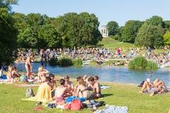 Ludzie cieszy się letniego dzień w Englischer Garten miasta parku w Monachium, Niemcy Obraz Stock
