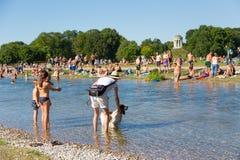Ludzie cieszy się letniego dzień w Englischer Garten miasta parku w Monachium, Niemcy Obrazy Royalty Free