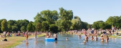 Ludzie cieszy się letniego dzień w Englischer Garten miasta parku w Monachium, Niemcy Fotografia Stock