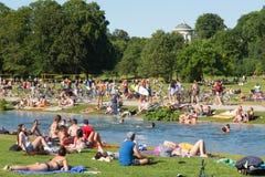 Ludzie cieszy się letniego dzień w Englischer Garten miasta parku w Monachium, Niemcy Obrazy Stock