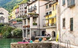 Ludzie cieszy się małą antyczną wioskę Brienno na brzeg Jeziorny Como, Włochy Obraz Royalty Free