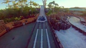 Ludzie cieszy się nieskończoność spadków przyciąganie na zmierzchu tle przy Seaworld w zawody międzynarodowi Jadą teren zdjęcie wideo