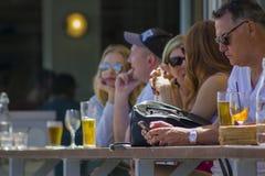 Ludzie cieszy się piwo przy outside zdjęcie stock