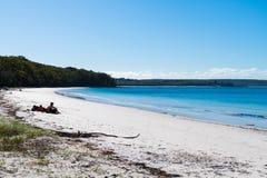 Ludzie cieszy się pogodną pogodę przy dziurą W Izolują plażę w Jervis zatoce, Booderee park narodowy, NSW, Australia zdjęcia royalty free