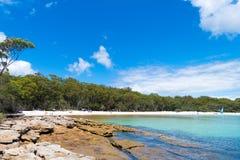 Ludzie cieszy się pogodną pogodę przy Galamban zieleni łaty plażą w Jervis zatoce, Booderee park narodowy, NSW, Australia obraz royalty free