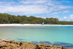 Ludzie cieszy się pogodną pogodę przy Galamban zieleni łaty plażą w Jervis zatoce, Booderee park narodowy, NSW, Australia zdjęcia stock