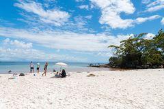 Ludzie cieszy się pogodną pogodę przy Galamban zieleni łaty plażą w Jervis zatoce, Booderee park narodowy, NSW, Australia obraz stock